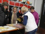 """Rita Maier gießt flüssiges Wachs in eine Form für eine """"Stumpenkerze"""""""